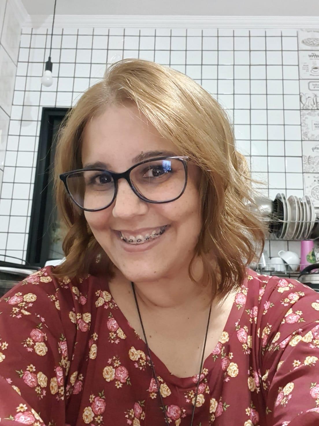 mulher branca, olhos castanhos, óculos, meia idade, cabelo liso louro médio